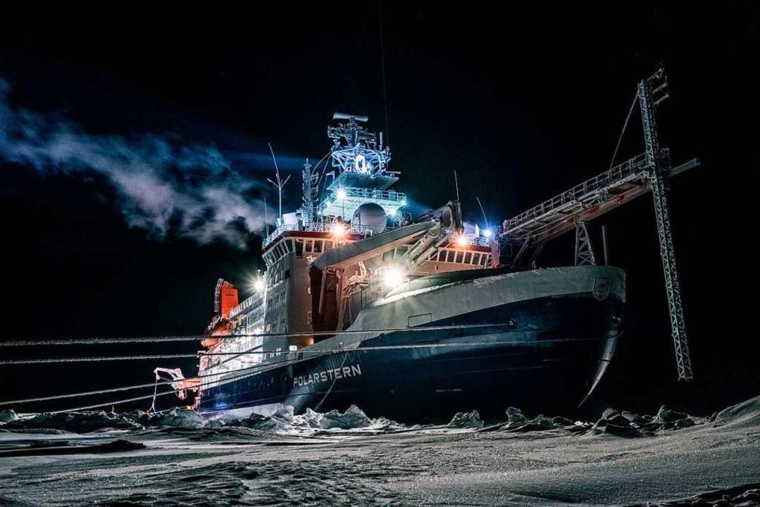 Das deutsche Schiff Polarstern ist ein...einhalb Meter dickes Eis durchbrechen.  | Foto: LUKAS PIOTROWSKI