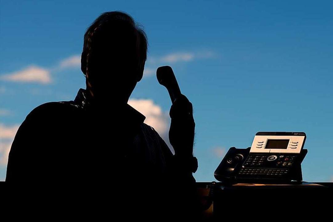 Die Polizei rät: Lassen Sie sich am Te...n. Legen Sie einfach auf (Symbolbild).  | Foto: Julian Stratenschulte