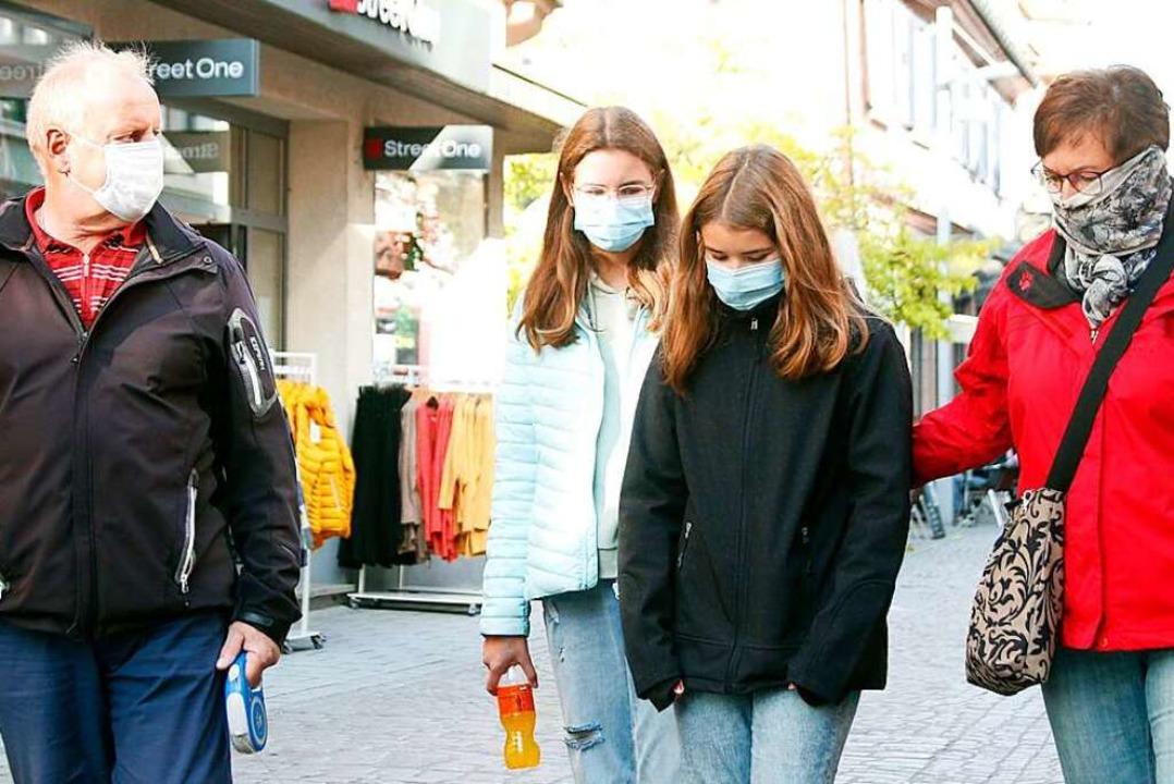 Mund- Nasenschutz ist in der Marktstraße immer häufiger zu sehen.  | Foto: Heidi Fößel