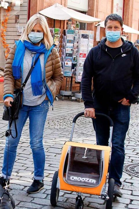 Auch diese beiden Passanten tragen Mund-Nasenschutz.  | Foto: Heidi Fößel