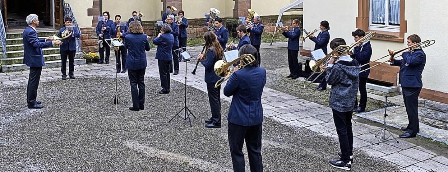 Da auch bei Auftritten im Freien die A...flingen  in reduzierter Formation auf.  | Foto: Hans Loritz