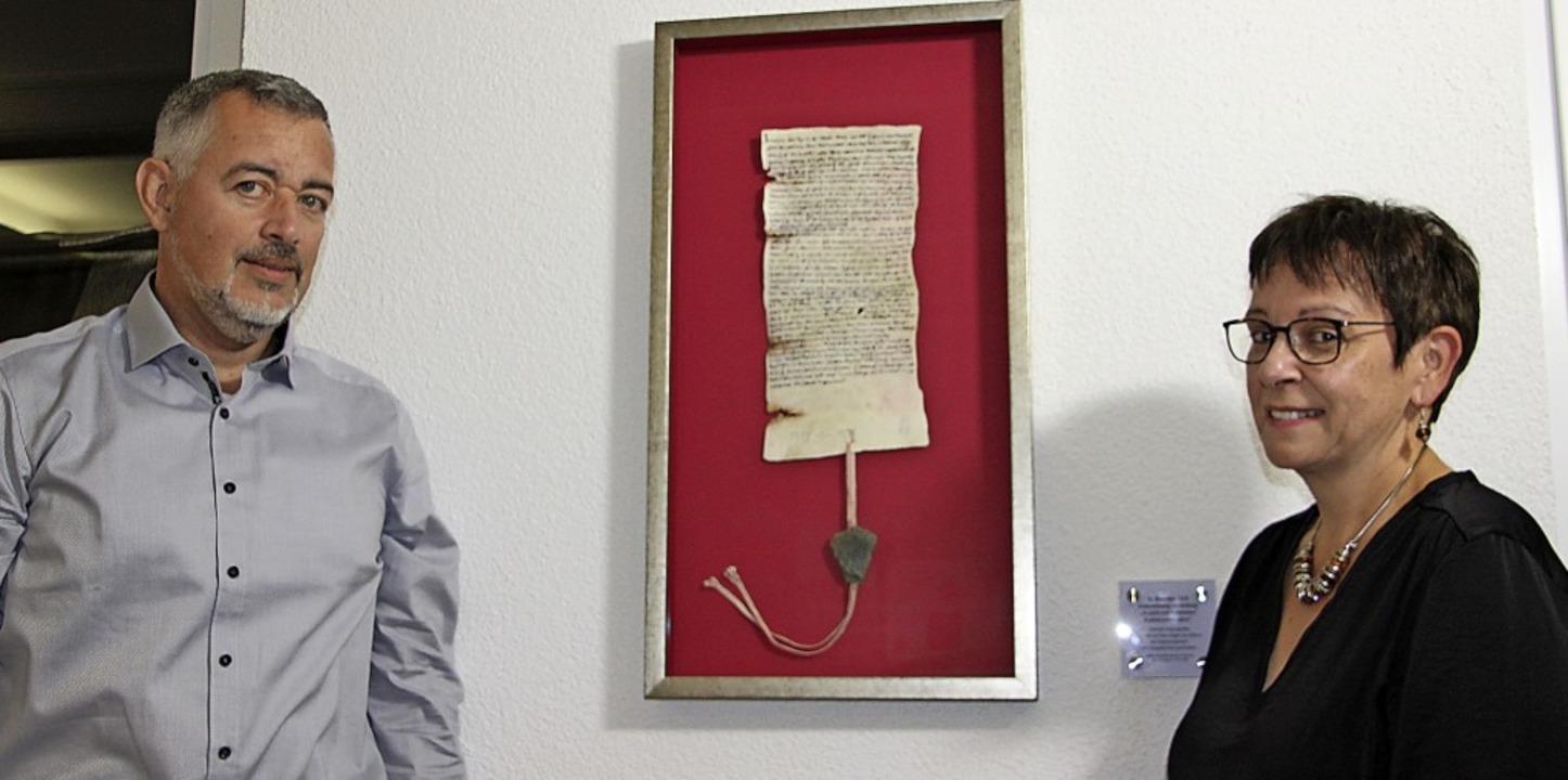 Die Faksimile-Urkunde zur Ersterwähnun...enk an Ortsvorsteherin Regine Glöckle.  | Foto: Werner Schnabl