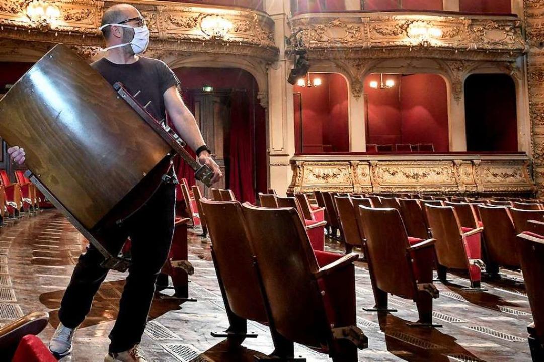 In den Theatern gilt die Maskenpflicht...trengere Regeln einführen, wenn nötig.  | Foto: Britta Pedersen (dpa)