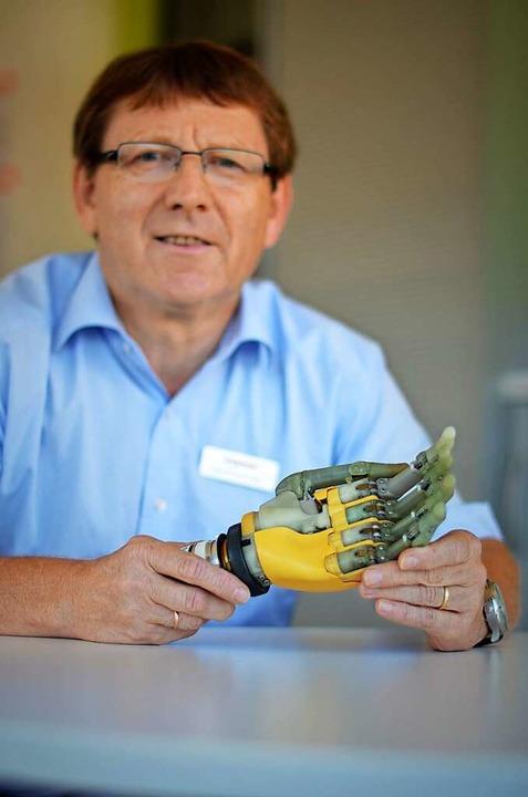 Geschäftsführer Dirk Zimmermann mit ei...tor von Maxon für Beweglichkeit sorgt.  | Foto: Kathrin Blum