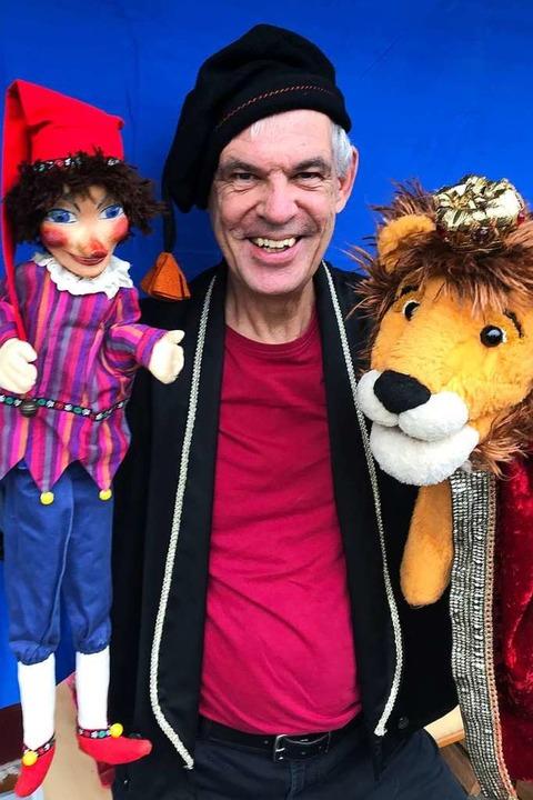 Johannes Minuth mit Kasper und Löwe    Foto: Freiburger Puppenbühne