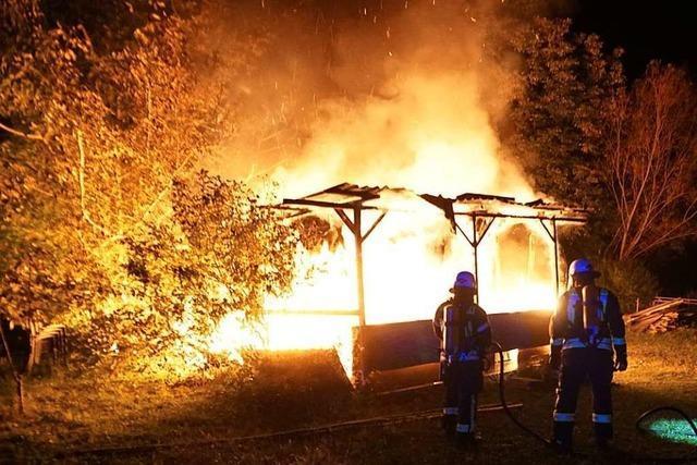 Feuerwehr löscht brennenden Wohnwagen in Endingen