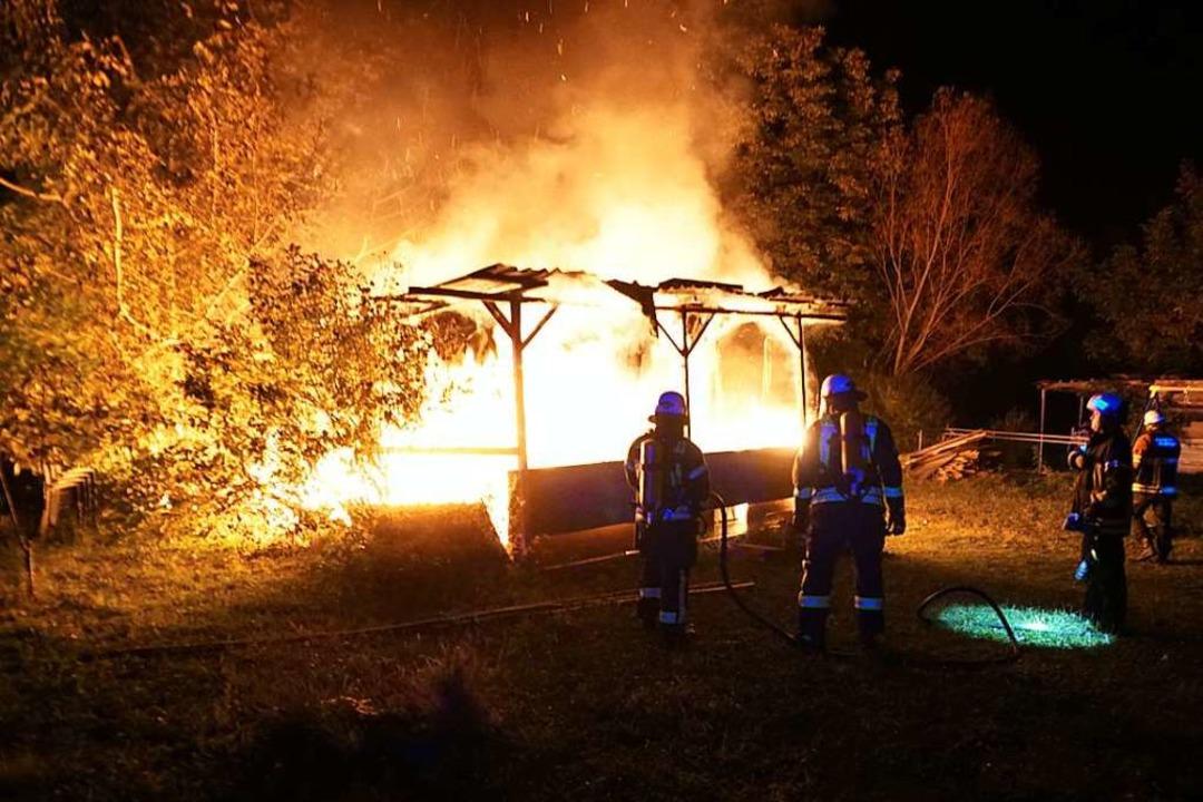 Lichterloh brannten ein Wohnwagen und ...er in Endingen am späten Samstagabend.  | Foto: Feuerwehr Endingen