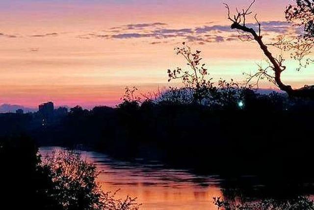 Bunt leuchtender Himmel bei Sonnenaufgang in Rheinfelden