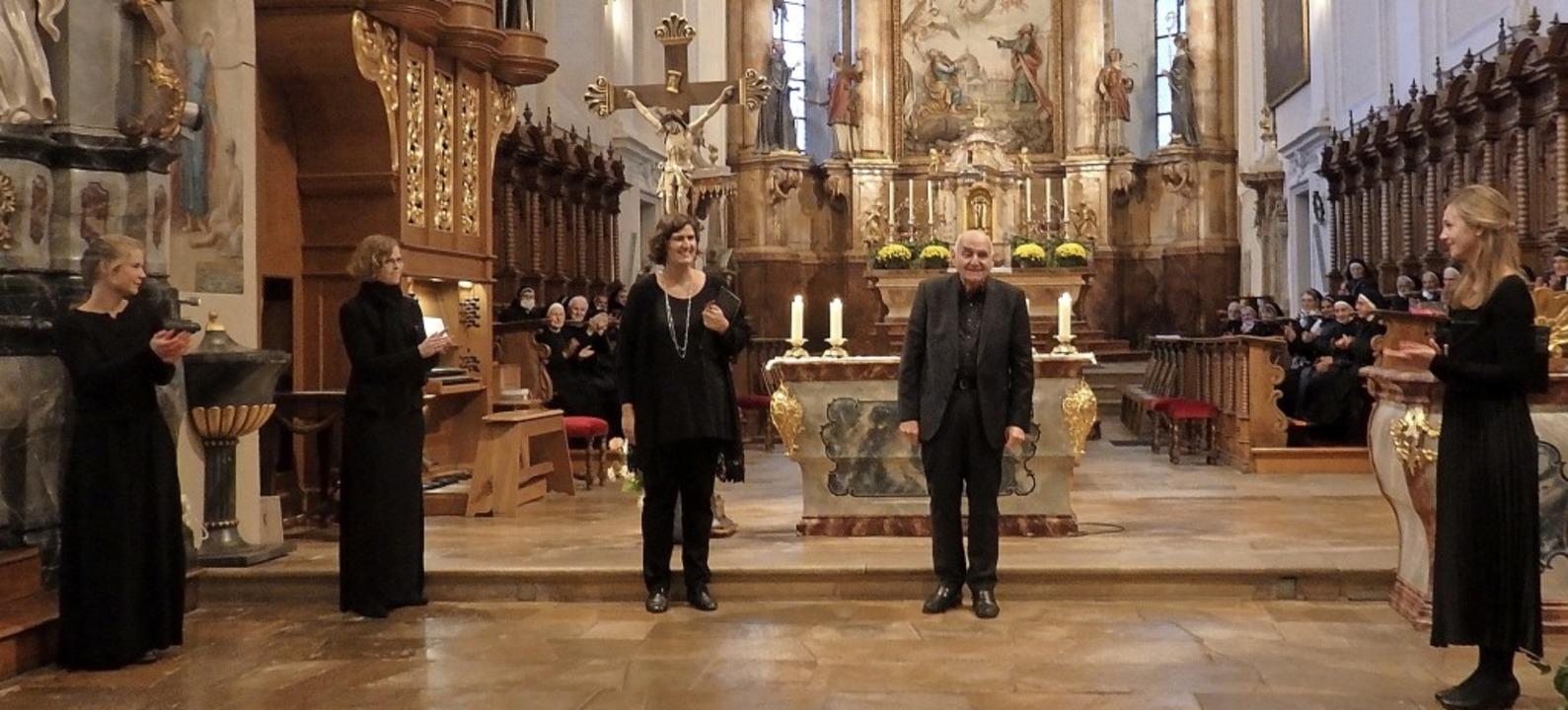 Die Frauen-Schola unter der Leitung vo...hlte aus der Geschichte des Klosters.     Foto: Bianca Flier