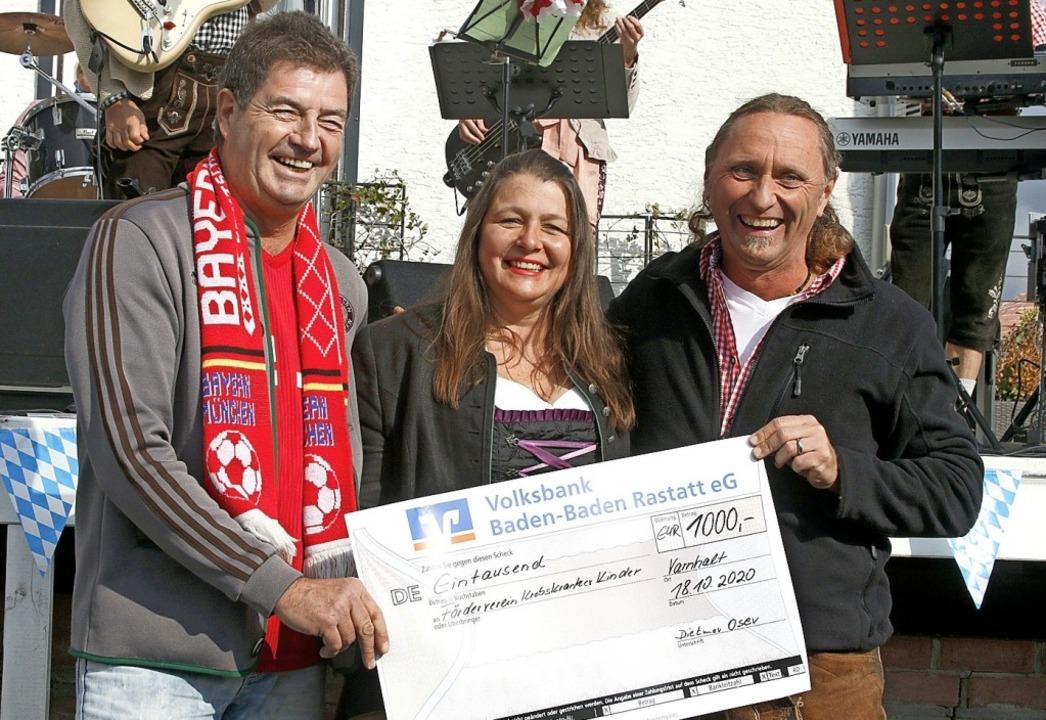 Für den Förderverein für krebskranke K...) 1000 Euro an Anja und Frank Sauter.   | Foto: Heidi Fößel