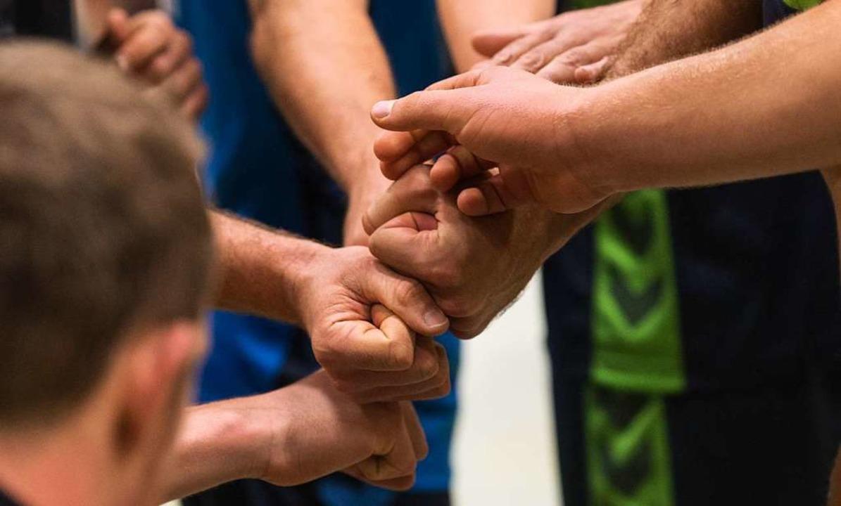 Der Riss zieht sich durch viele Teams:...r allem anderer Menschen zu riskieren?    Foto: Patrick Seeger