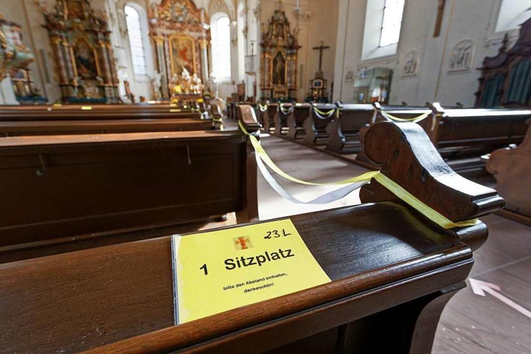 Gesperrte Reihen und ausgewiesene Sitz...in der Endinger Stadtkirche St. Peter.    Foto: Martin Wendel