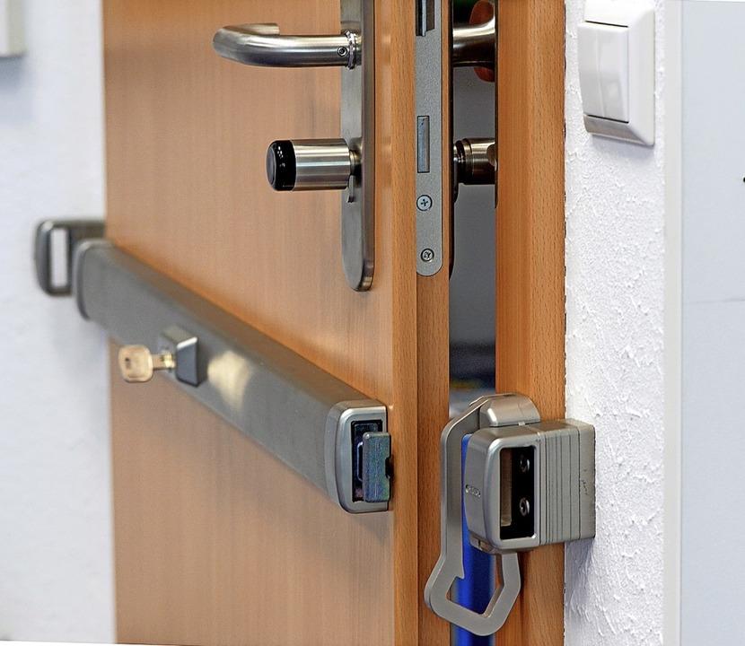 Diese Tür wird durch einen elektronisc...r und ein Querriegelschloss gesichert.    Foto: Susann Prautsch