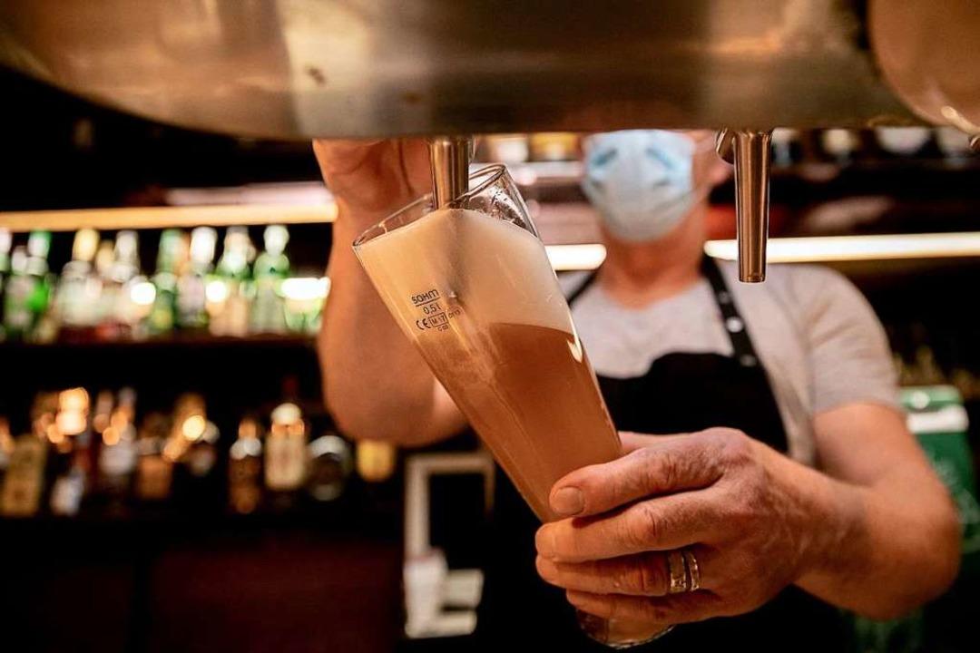 Gastronomen im Landkreis müssen früher schließen.  | Foto: Christoph Soeder (dpa)