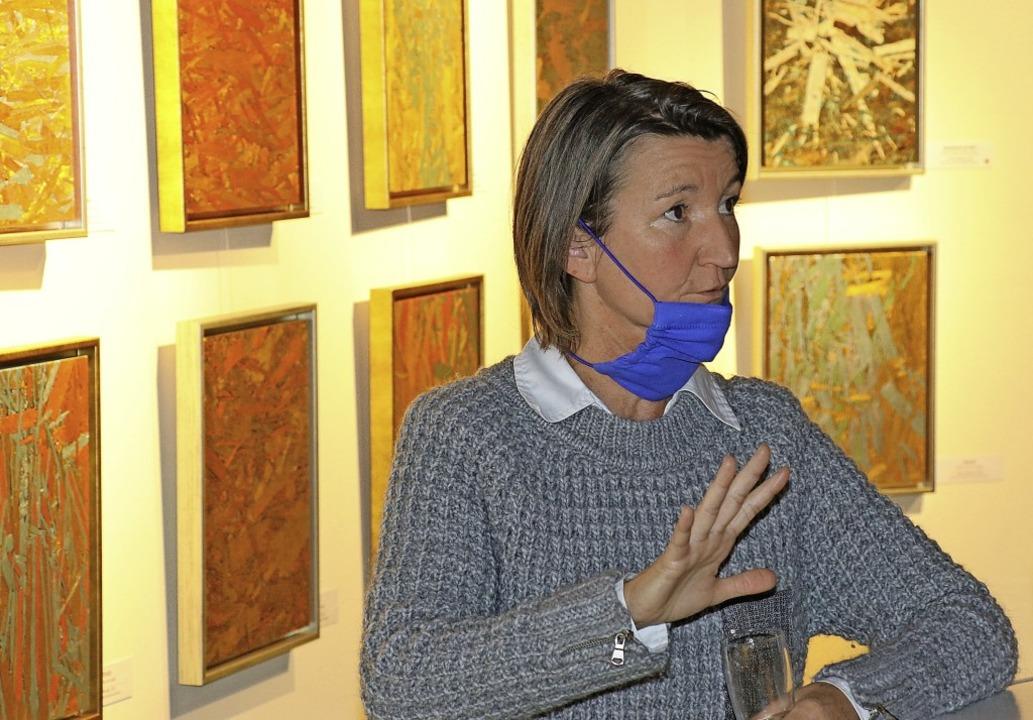 Evelin Schertle erläuterte ihre Werke im Rahmen einer Künstlerführung.   | Foto: Dorothée Kuhlmann