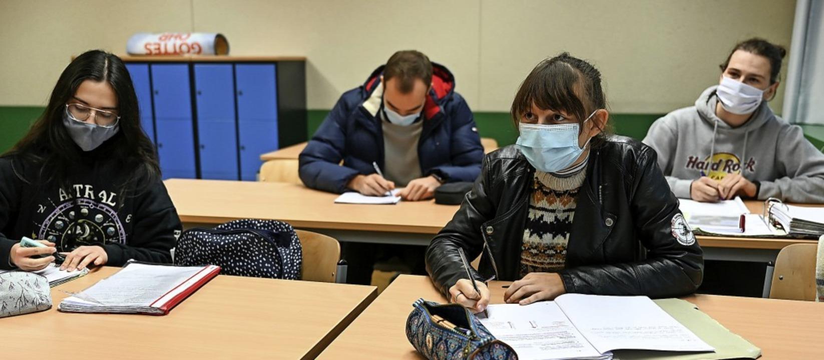 Unterricht mit Maske: Der Schutz vor d...us verlangt einschneidende Maßnahmen.   | Foto: Felix Kästle (dpa)