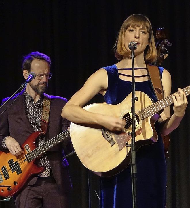 Die Sängerin und Gitarristin Teresa Be...0; vor rund 120 begeisterten Zuhörern.  | Foto: Roswitha Frey