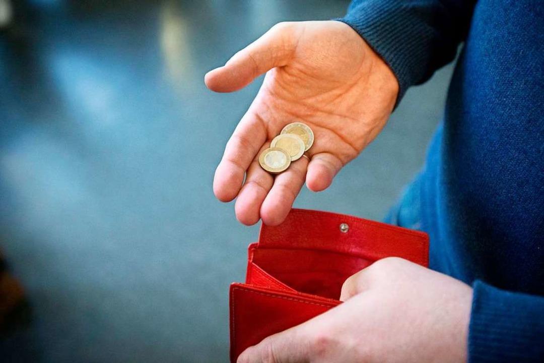 Ein 81-Jähriger wurde beim Geldwechsel...markt-Parkplatz bestohlen. Symbolbild.  | Foto: Friso Gentsch
