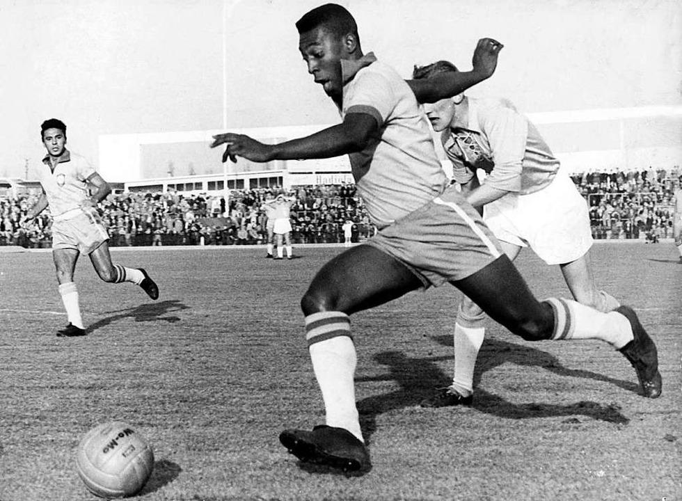 Pelé mit 19 Jahren bei einem Freundschaftsspiel im schwedischen Malmö  | Foto:  (dpa)