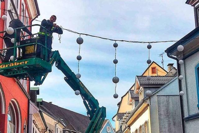 In der Lörracher Innenstadt hängt eine neue Weihnachtsbeleuchtung
