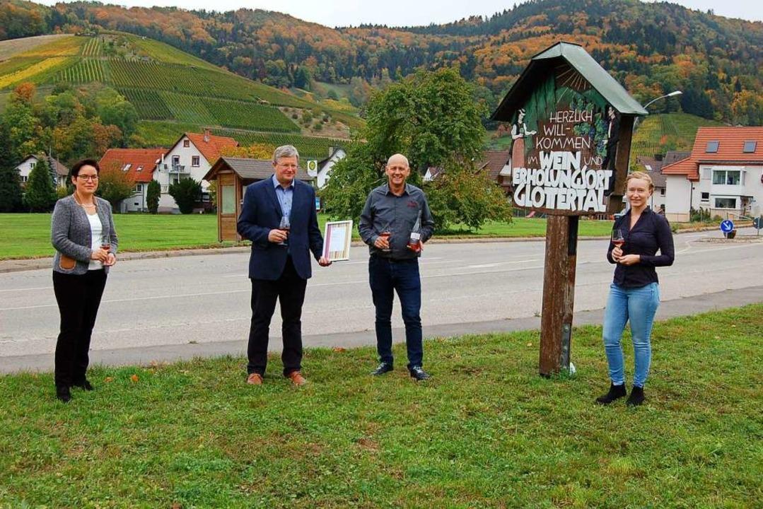 Mit einem Gläschen Glottertäler Rosé s... (von links) auf das neue Prädikat an.  | Foto: Christian Ringwald