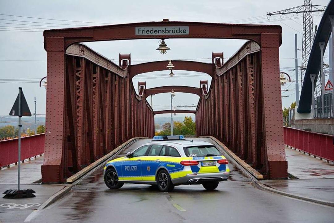 Ein Polizeiauto blockiert die Friedensbrücke.  | Foto: Hannes Lauber