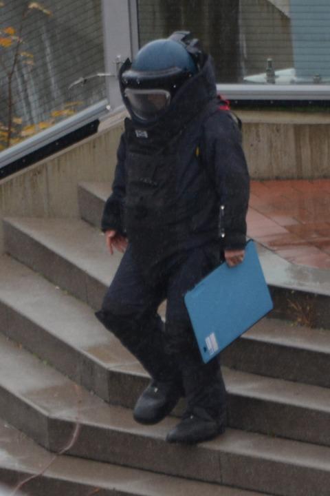 Der Beamte des Entschärfungsdienstes kehrt von der Einsatzstelle zurück.  | Foto: Hannes Lauber