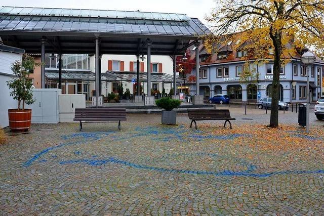 Über Nacht sind auf dem Lindenplatz blaue Spuren entstanden