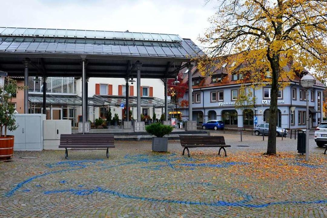 Am Freitagmorgen zierten blaue Linien den Lindenplatz.  | Foto: Sophia Hesser