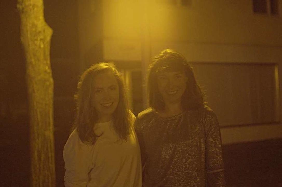 Katie Kelly (links) und Julia Klockow haben auf dem Lindenplatz getanzt.  | Foto: Lucca Sierra