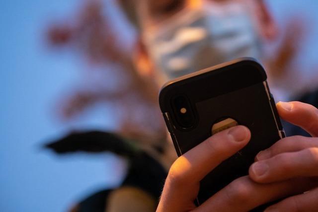 Kinderpornografie über Handy verbreitet - zwölf weitere Verdächtige