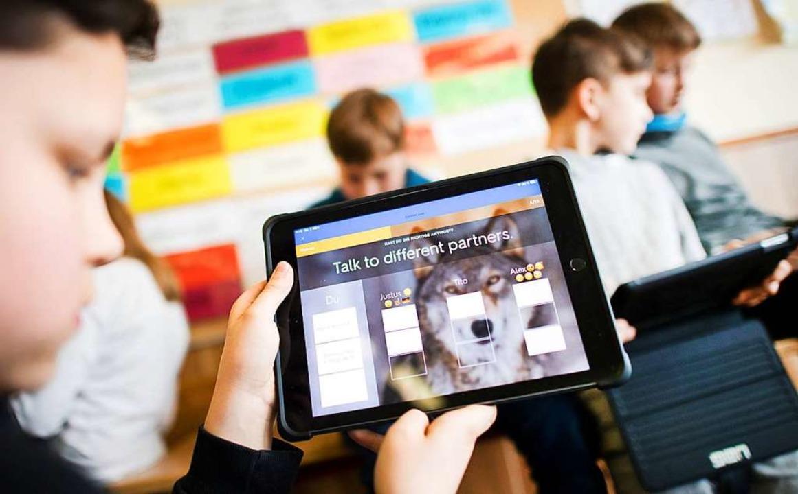 Mit Mitteln aus dem Digitalpakt soll e...Schub in Sachen Digitalisierung geben.  | Foto: Julian Stratenschulte (dpa)