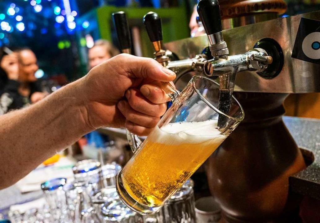 Von 23 bis 6 Uhr darf vorläufig kein Alkohol ausgeschenkt werden.  | Foto: Christophe Gateau (dpa)