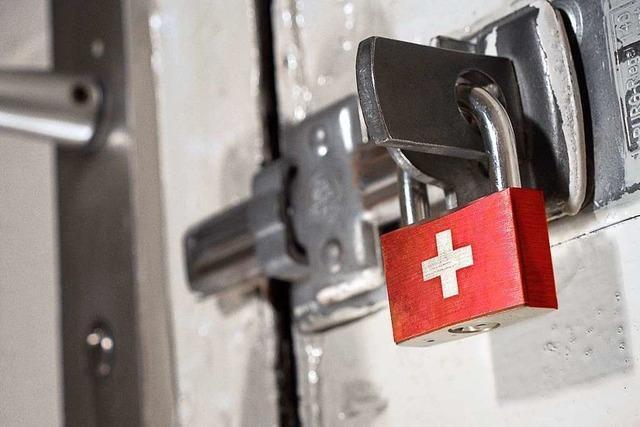 Die Schweiz fährt das öffentliche und private Leben herunter