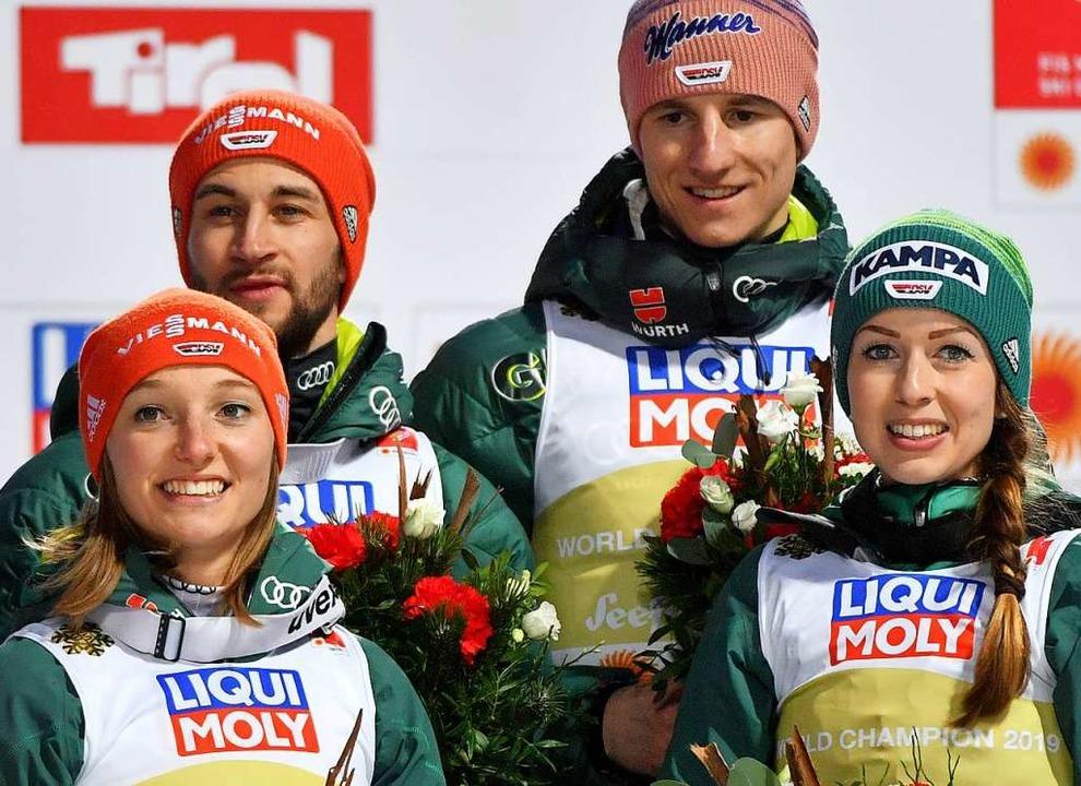 Im Teamwettbewerb – hier beim WM...hler (hinten,  links) und Karl Geiger.    Foto: Hendrik Schmidt