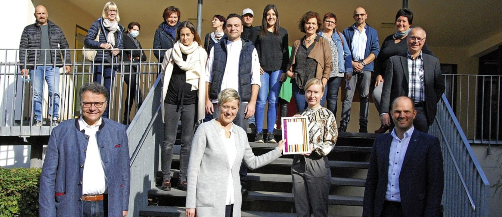 Ulrike Weiß (links) nimmt im Kreis der...ürgermeister Roman Götzmann (rechts).   | Foto: Dorothea Scherle