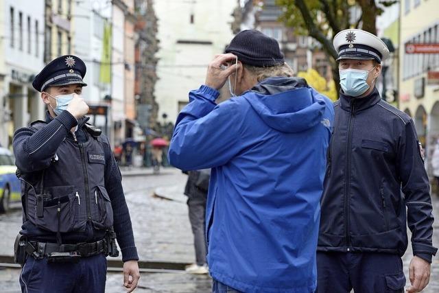 In der Freiburger Innenstadt sind Masken-Kontrolleure unterwegs
