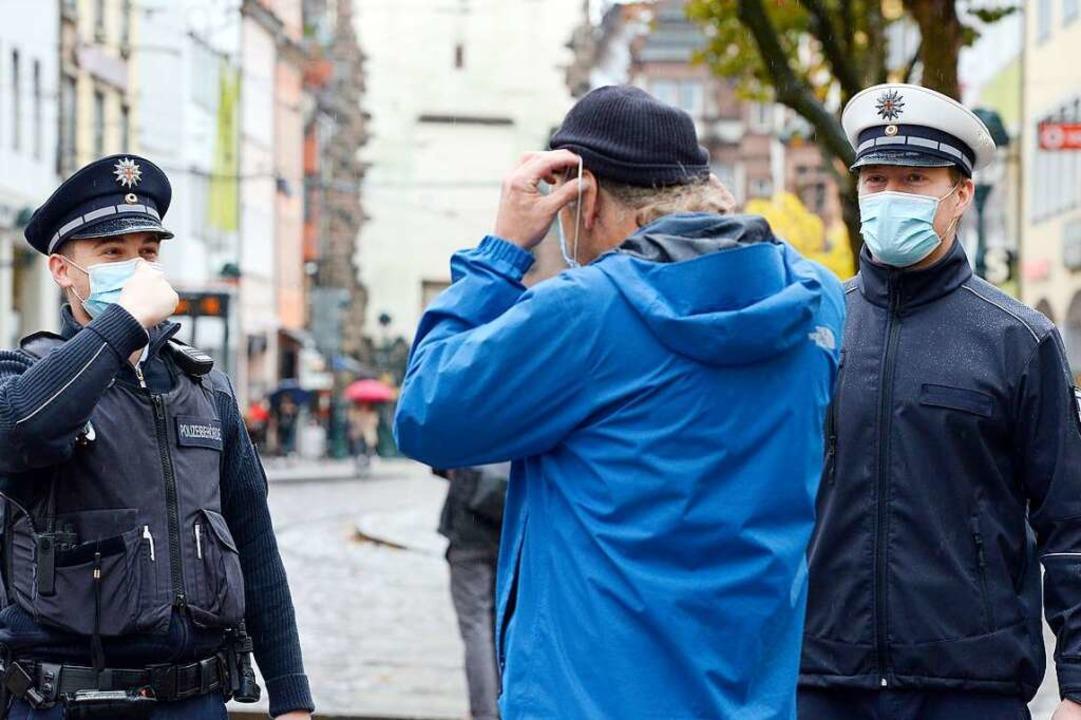 Der Vollzugsdienst kontrolliert derzei...npflicht auf der Kaiser-Joseph-Straße.  | Foto: Ingo Schneider