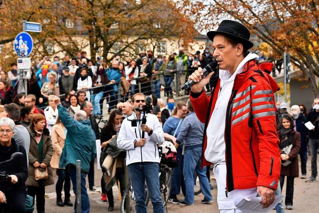 Bodo Schiffmann bei der Kundgebung auf dem Karlsplatz am Donnerstag.  | Foto: Thomas Kunz