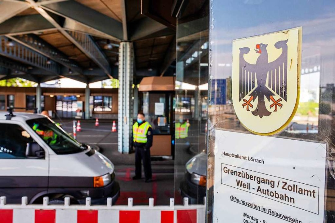 Ein Beamter der Bundespolizei kontroll...s der Schweiz einreisenden Autofahrer.  | Foto: Philipp von Ditfurth (dpa)