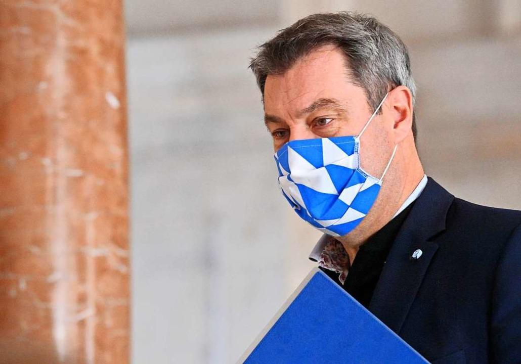 Markus Söder mit  Maske in den bayerischen Landesfarben  | Foto: Peter Kneffel (dpa)