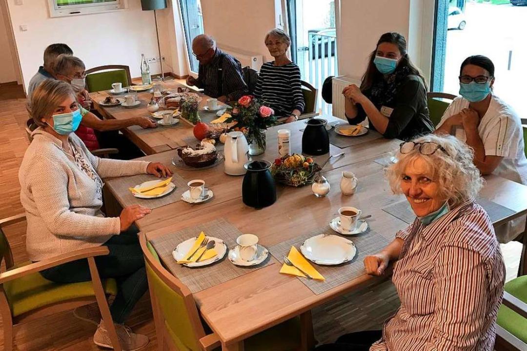 Die Kaffeetafel am ersten Einzugstag in der WG für Menschen mit Demenz.  | Foto: Kirchliche Sozialstation St. Elisabeth