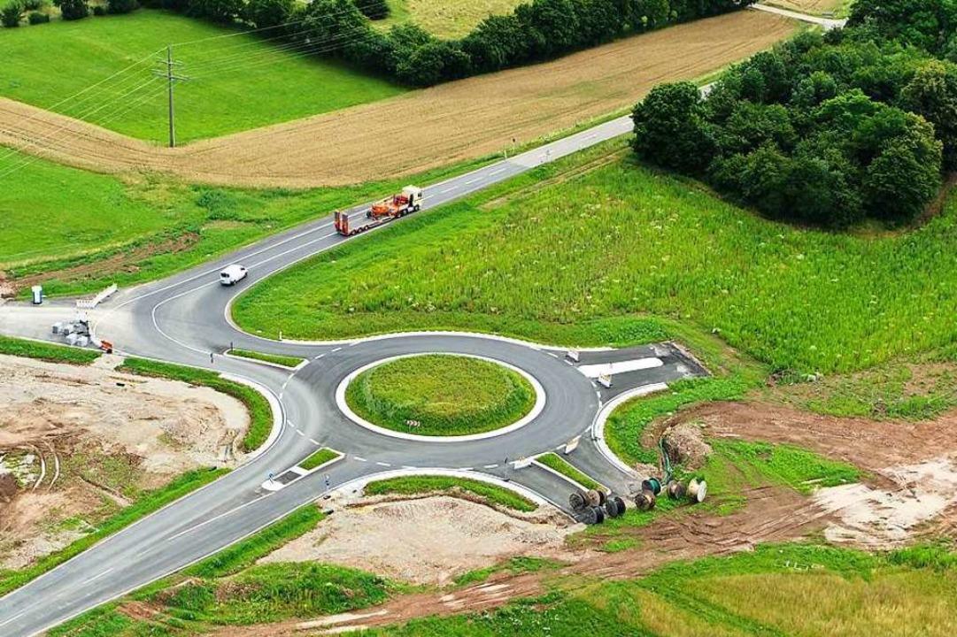 Da fehlt doch noch was: Der neue L138-...die Bahnlinie an den Kreisel anbinden.  | Foto: Landratsamt Lörrach, FB Vermessung & Geoionformation