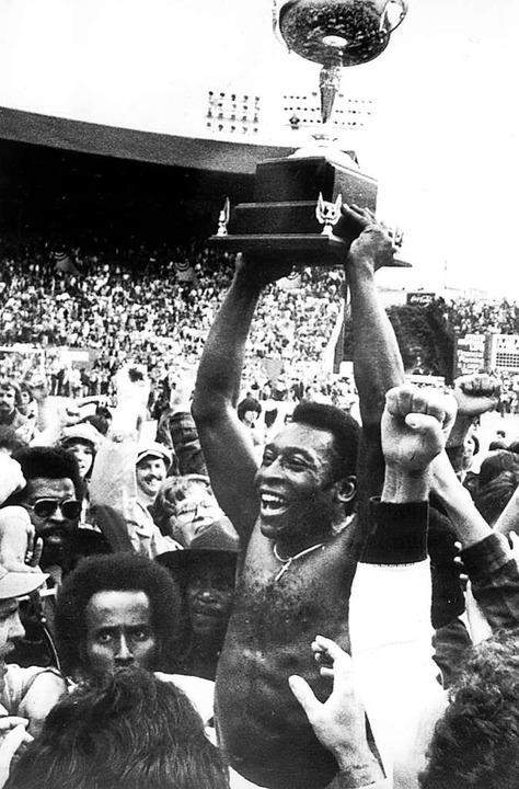 Pelé jubelt mit dem US-Meisterpokal am 29.08.1977 im Stadion in Portland.  | Foto: dpa