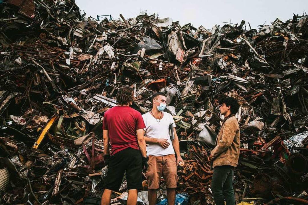 Coronakonform: Regisseur Adrian Schwartz (Mitte) in einer Drehpause  | Foto: folgt