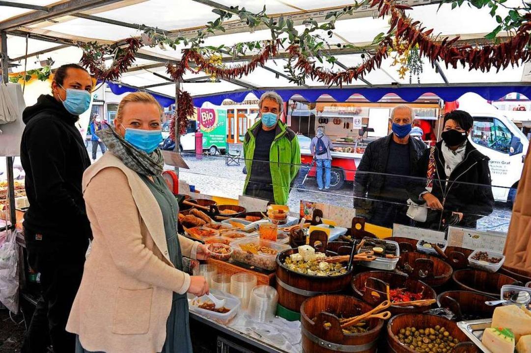 Maske ist Pflicht auf dem Lahrer Woche.... Händler und Kunden halten sich dran.    Foto: Bettina Schaller