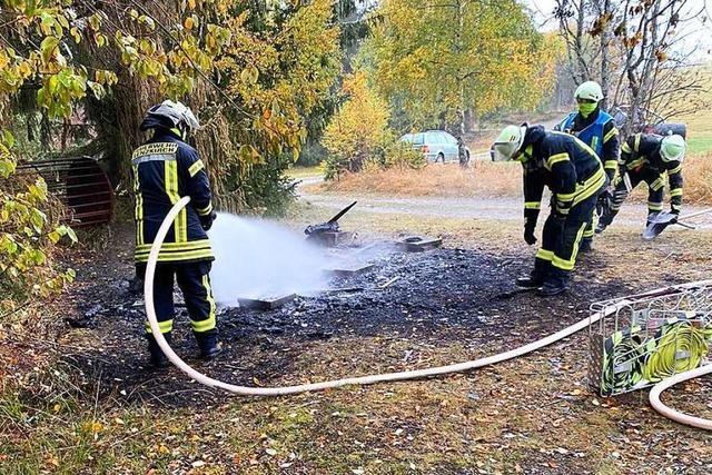 Holzlager wird in Brand gesteckt