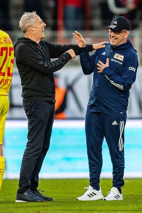 Spaßvögel unter sich: Christian Streic...s) und sein Trainerkollege Urs Fischer  | Foto: Andreas Gora (dpa)