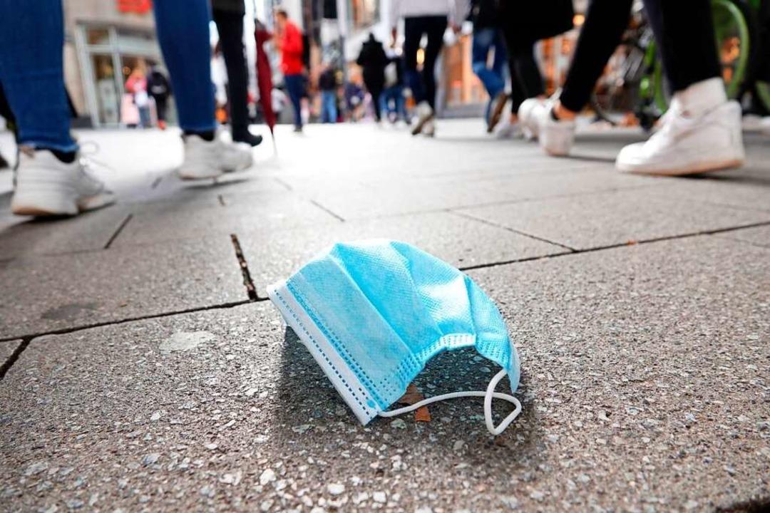 Wer gegen die Maskenpflicht verstößt, ... Bußgeld von  50 bis 250 Euro rechnen.  | Foto: Weronika Peneshko