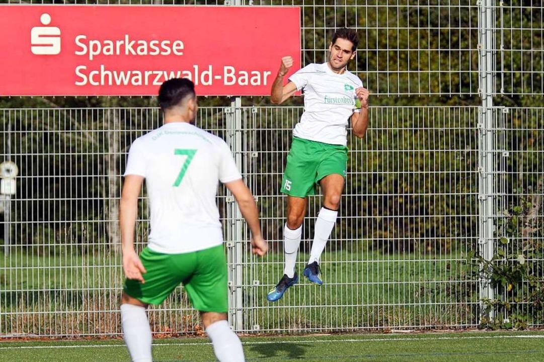 Hinten bejubelt Heiko Reich sein 1:0 für die DJK, vorne Max Schneider.  | Foto: Dieter Reinhardt